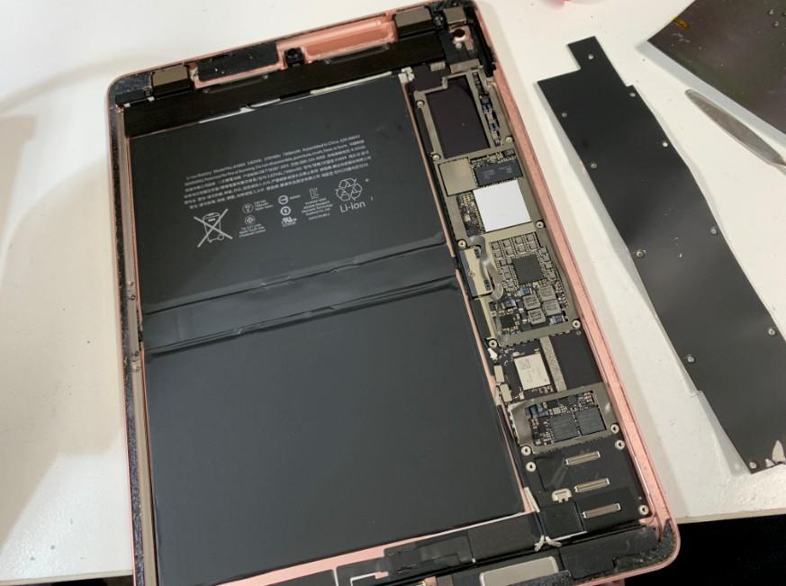 基板を外している最中のiPad Pro 9.7