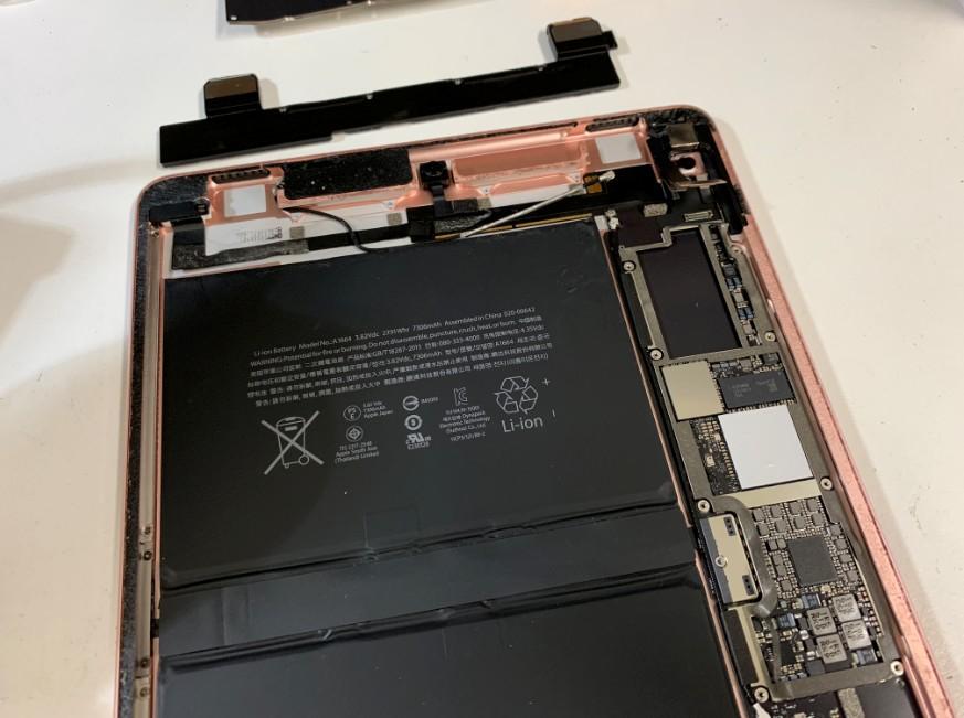スピーカーを外したiPad Pro 9.7