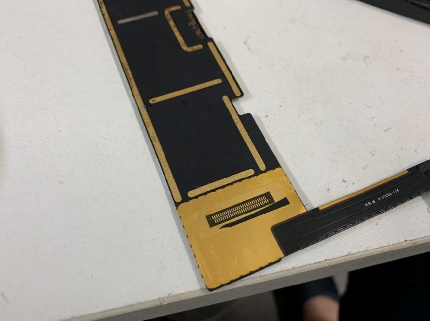 充電口をはんだ作業で取る最中のiPad Pro 9.7