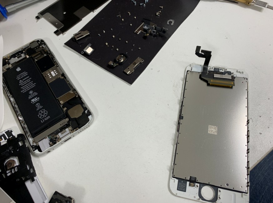 分解して画面パーツだけ交換しているiPhone6s