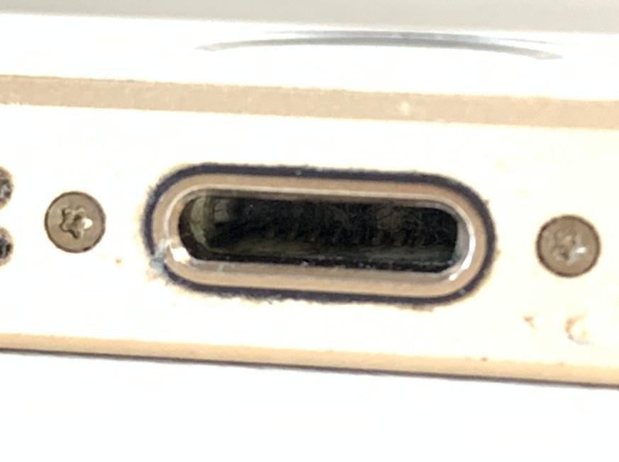 充電口に異物が詰まっているiPhoneSE