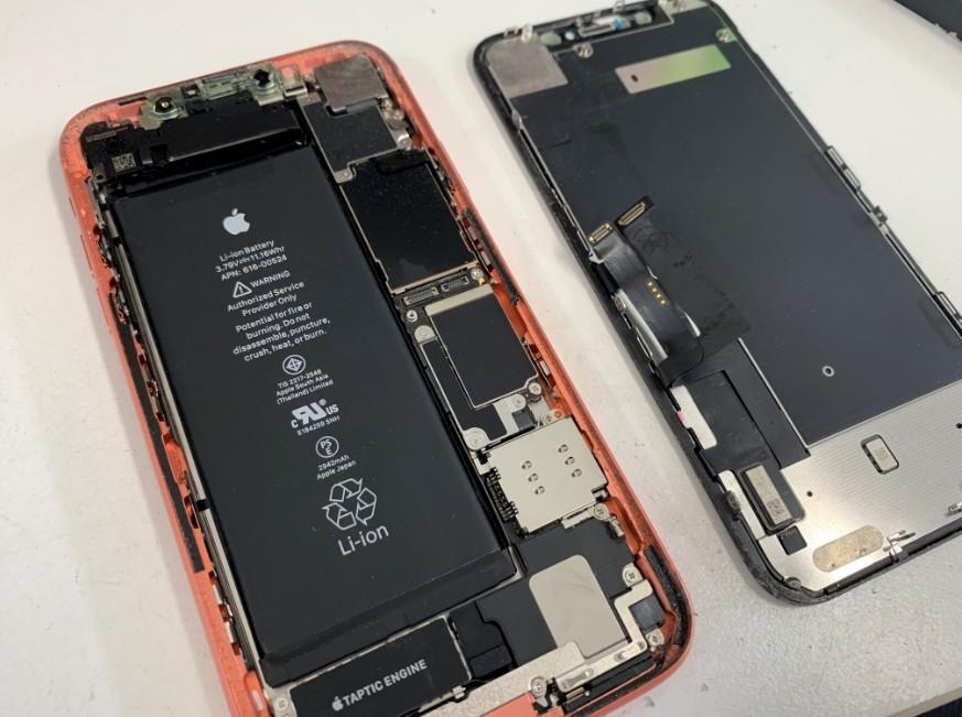 分解して画面パーツ交換途中のiPhoneXR