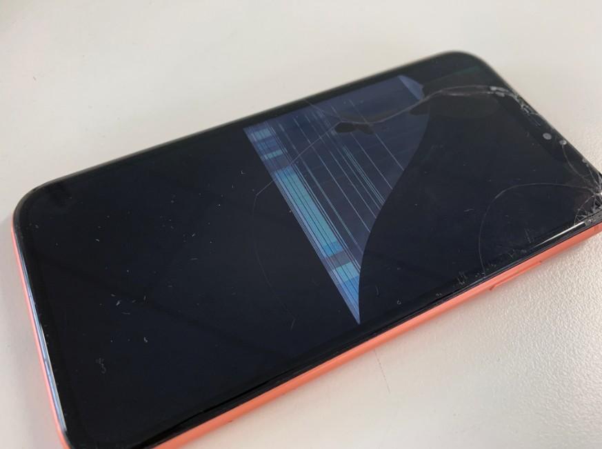 液晶画面が激しく損傷したiPhoneXR