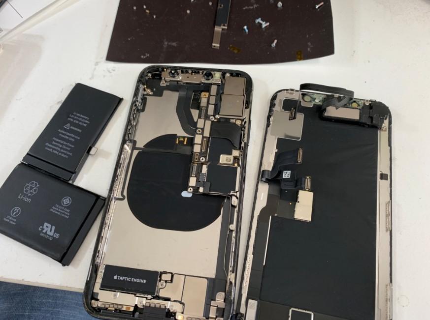 画面とバッテリーを交換している途中のiPhoneX(テン)