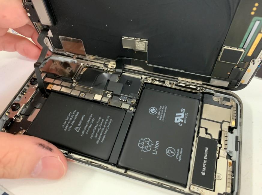 分解して修理途中のiPhoneX