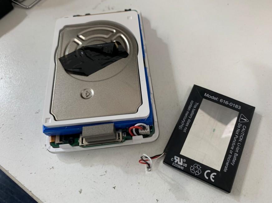 分解してバッテリー交換修理途中のiPod 第4世代