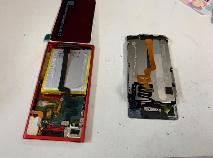 分解して液晶画面を交換しているiPod nano7
