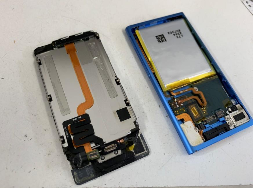 古いバッテリーを剥がしたiPod nano7