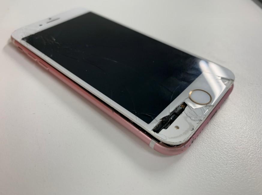 液晶画面が激しく損傷してしまっているiPhone7