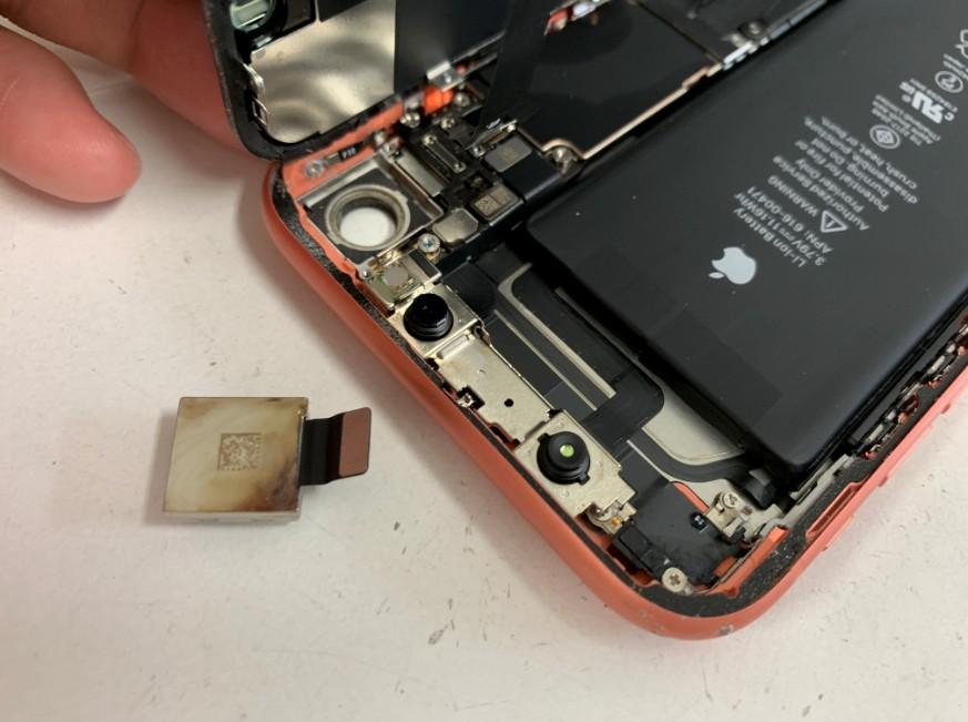 分解してカメラパーツを取り出したiPhone XR
