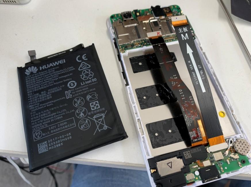 分解してバッテリーを取り外したHUAWEI nova