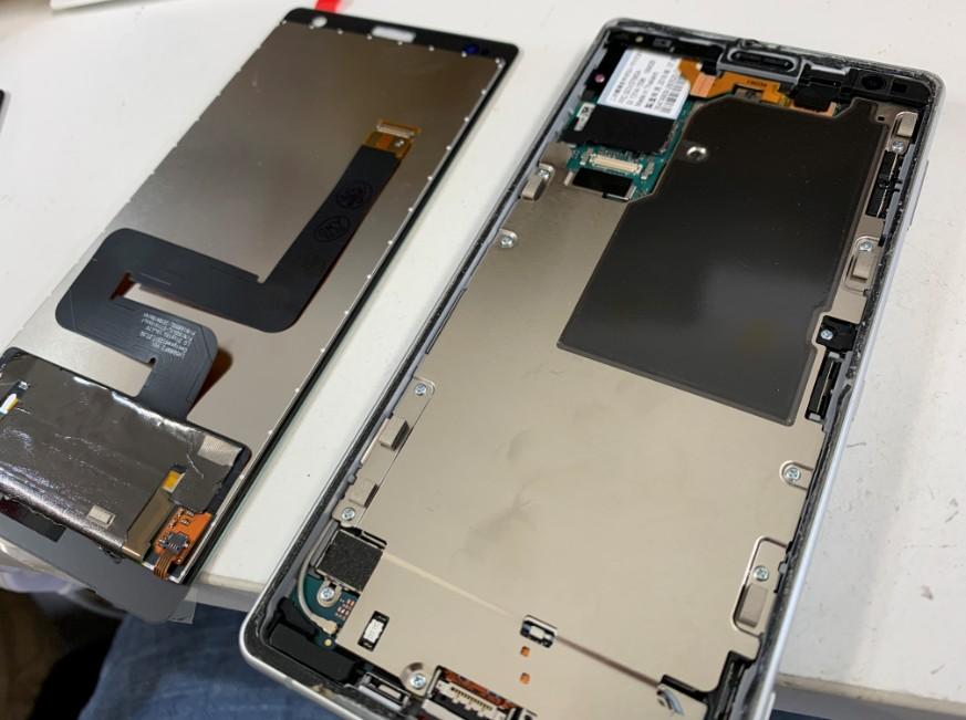 分解して液晶画面を交換作業中のXperia XZ2(SO-03K)