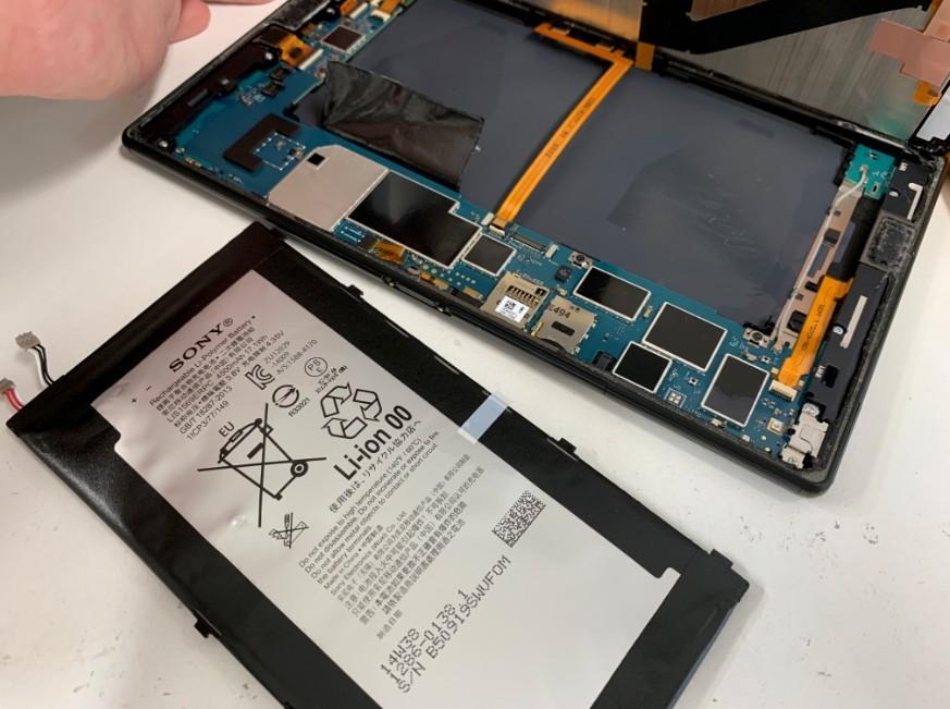 バッテリーを取り出したXperia Z3 Tablet Compact