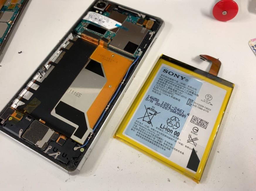 本体から内蔵電池パックを取り出したXperia Z3(SOL26)