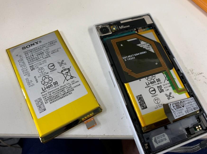 バッテリー交換修理途中の分解したXperiaZ5Compact(SO-02H)