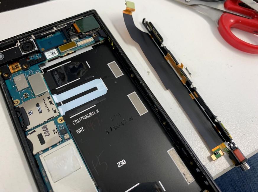 電源ボタン交換修理途中のXperia XZ1(SO-01K)