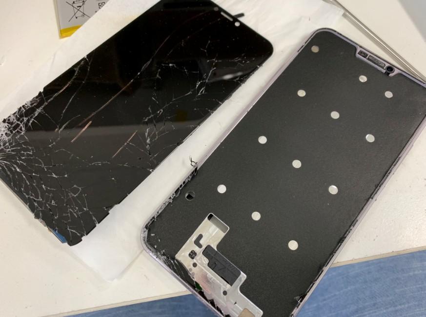 分解して液晶画面交換修理途中のZenfone5z(ZC620KL)