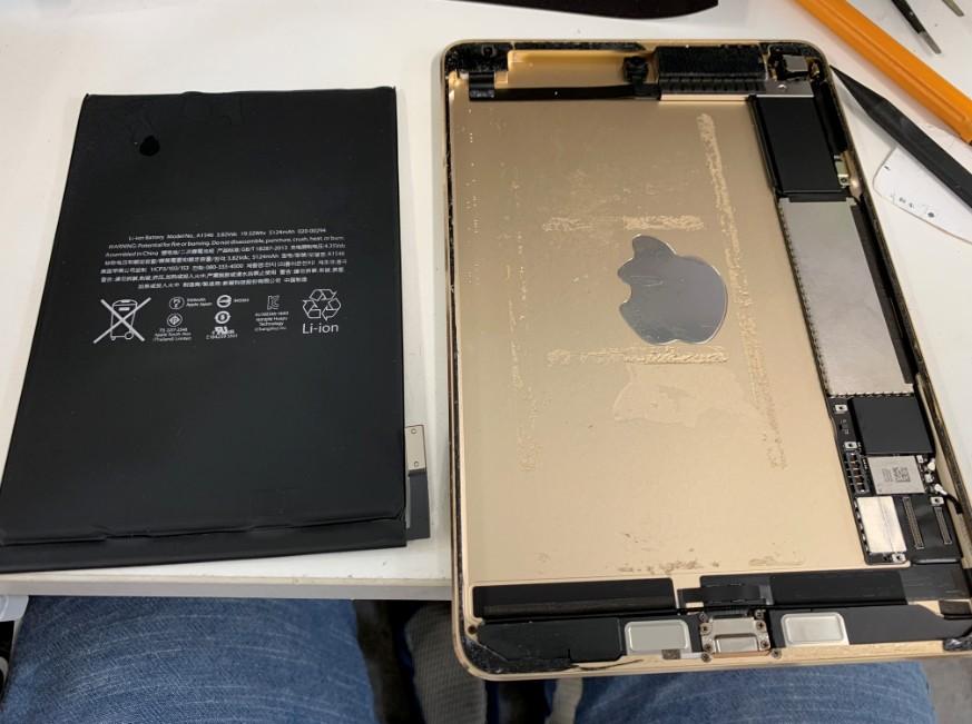 分解してバッテリーを外したiPad mini4