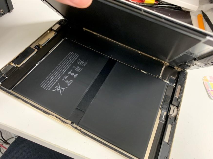バッテリー交換のために画面を剥がしたiPad Pro 9.7