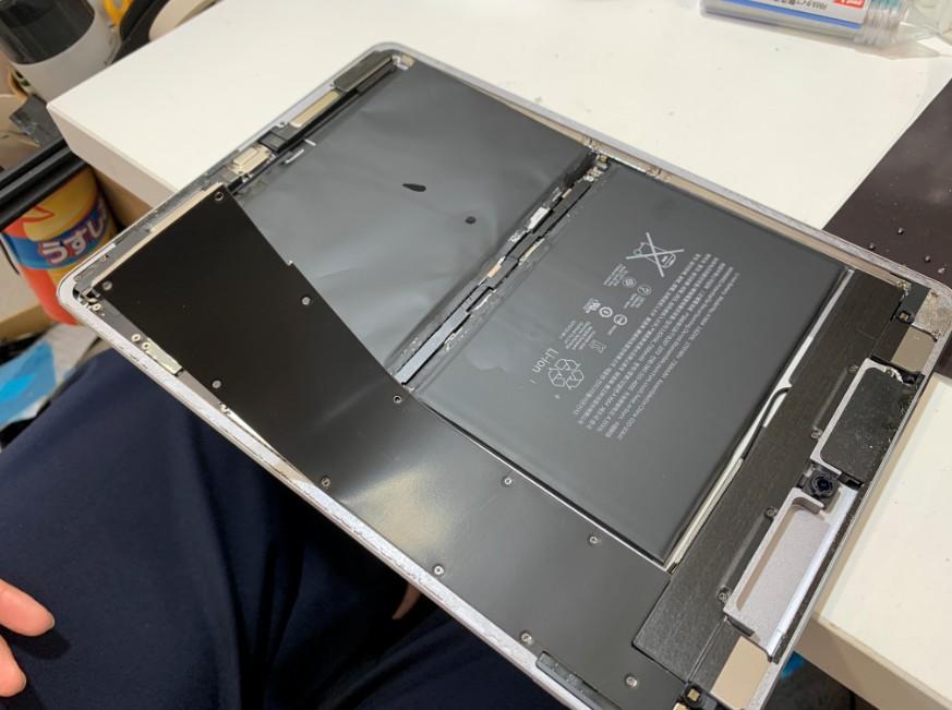 バッテリーを剥がしている最中のiPad Pro 9.7