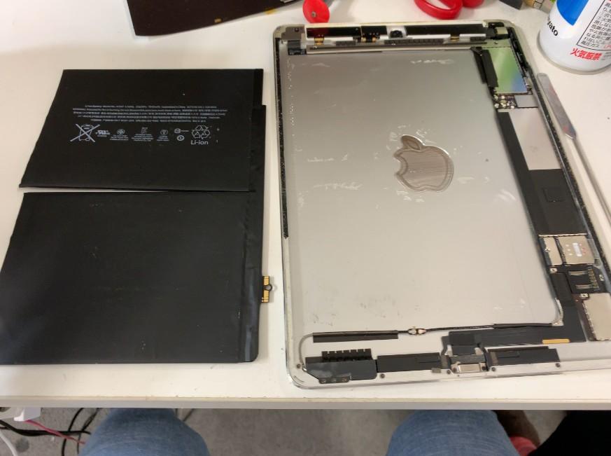 本体からバッテリーを取り除いたiPad Air2