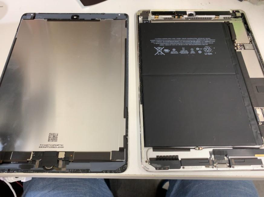 分解してバッテリー交換修理途中のiPad Air2