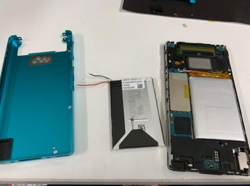 内蔵バッテリー交換修理途中のNW-F886