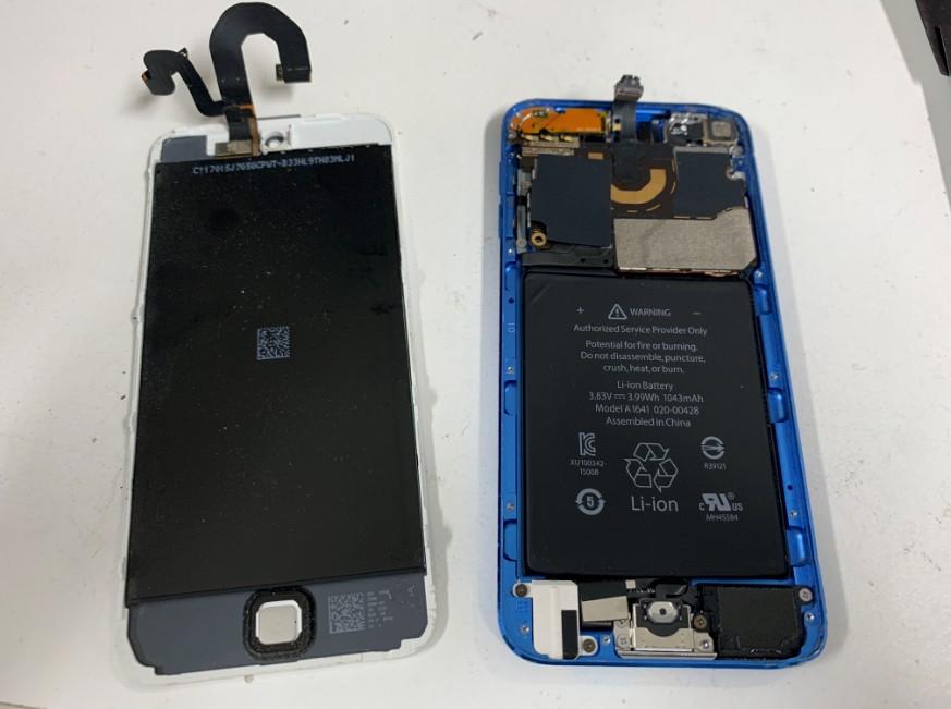 液晶画面を本体から取り外した分解したiPod Touch第6世代