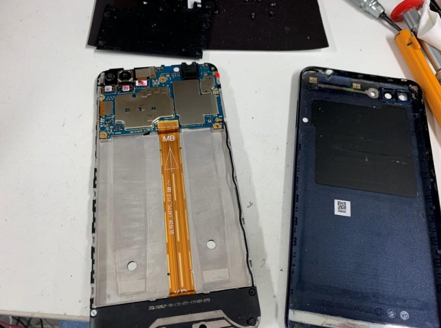 バッテリーを本体から取り除いたZenfone4Max(ZC520KL)