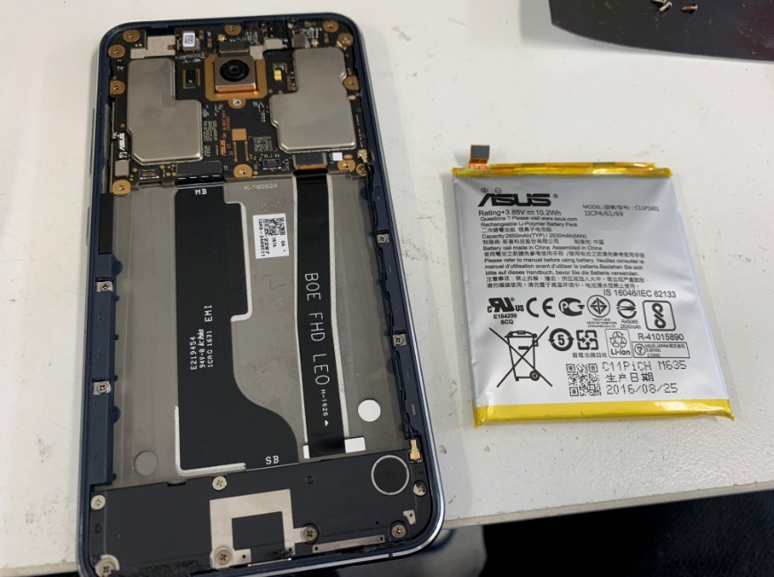 本体を分解して電池パックを取り除いたゼンフォン3(ZE520KL)
