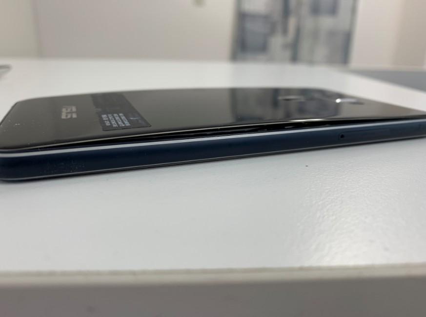 電池パックが膨張して背面パネルが浮いているゼンフォン3(ZE520KL)