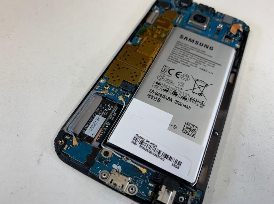 分解してバッテリーパーツ取り出し作業中のGalaxy S6 Edge(SC-04G)