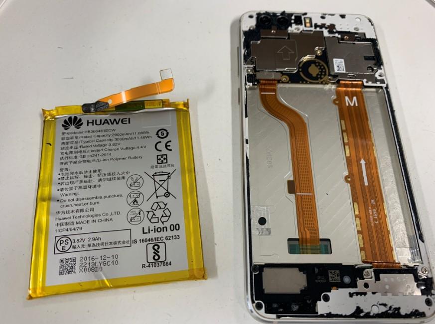 分解して内蔵バッテリーを取り出したhonor8