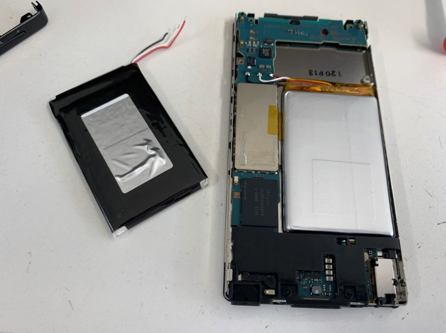 内蔵バッテリー交換作業中のNW-F887