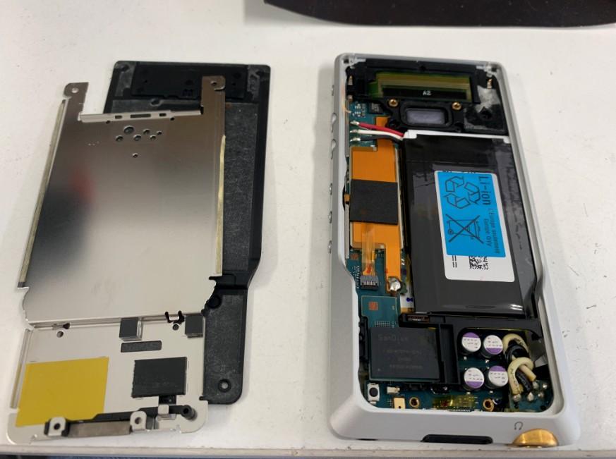 分解して内蔵電池パックが丸見え状態のWALKMAN NW-ZX1