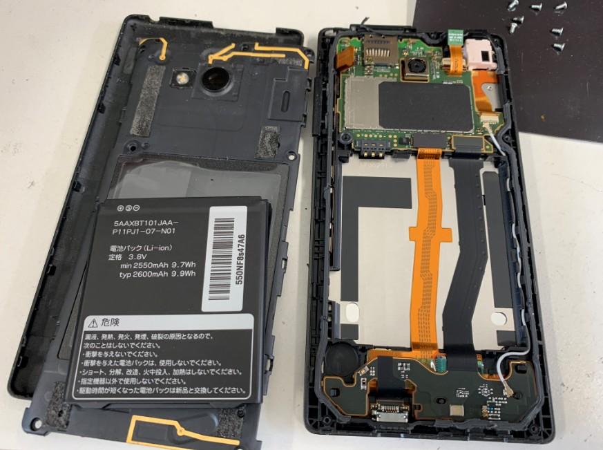 分解して液晶画面交換作業途中のQua Phone QX(KYV42)