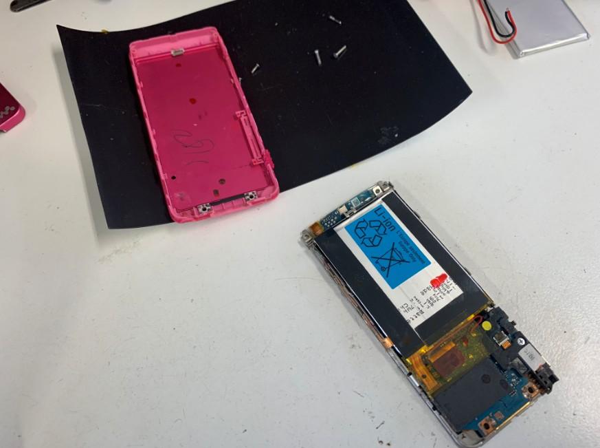分解してバッテリー交換途中のNW-S784