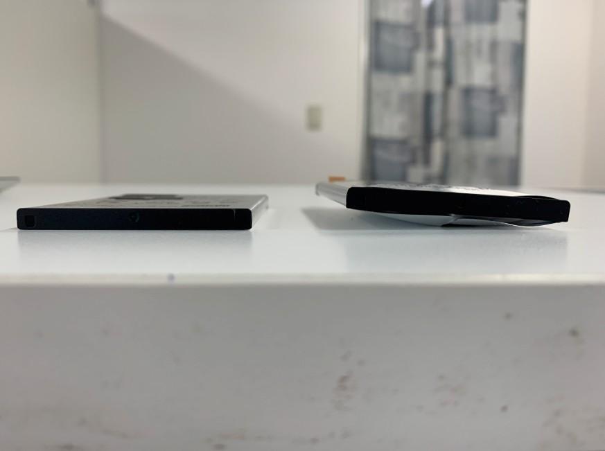 電池パックの厚み比較しているエクスペリア X パフォーマンス(SO-04H)