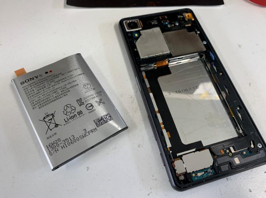 バッテリーを本体から取り出したエクスペリア X パフォーマンス(SO-04H)