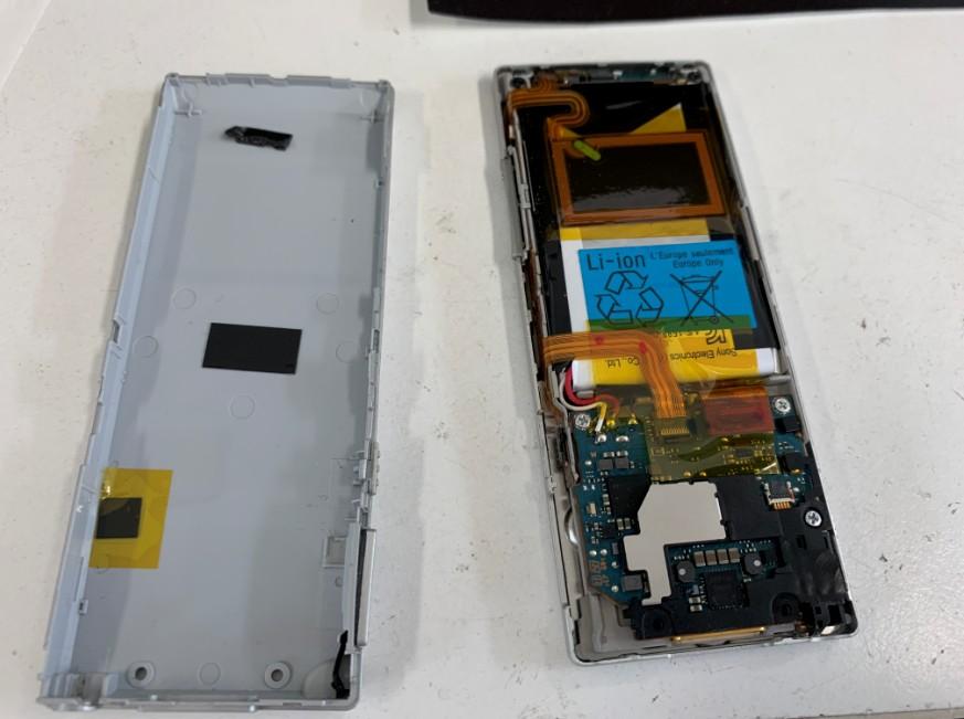 分解して電池パック交換作業中のNW-A17
