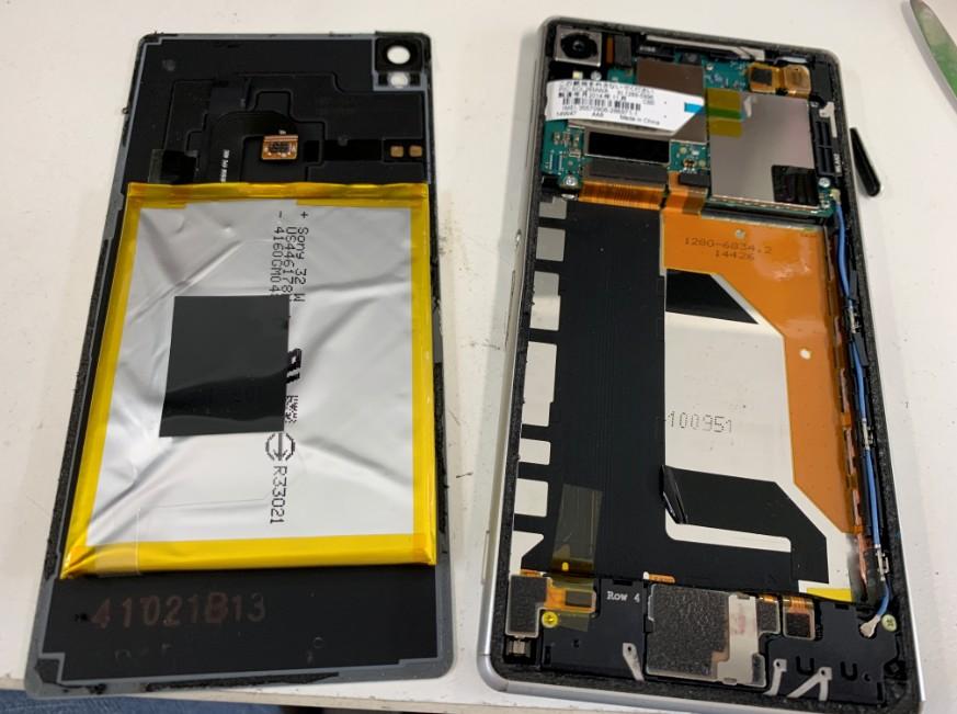 分解して内蔵電池パック交換途中のクスペリアZ3