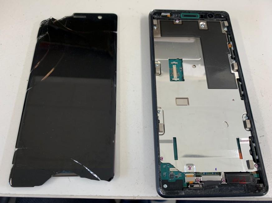 液晶画面を外して交換途中のXperia XZ2 Compact(SO-05K)