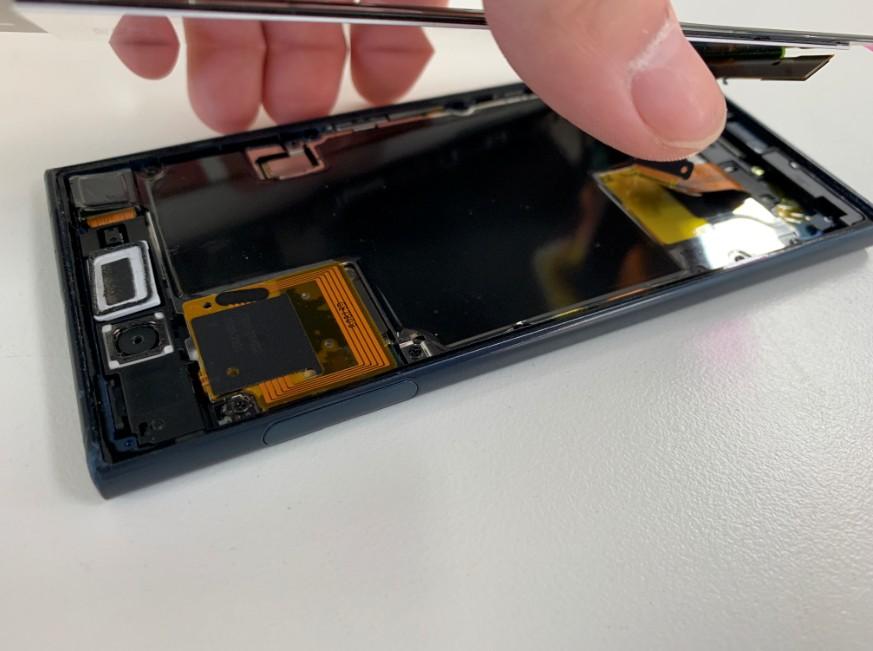 分解して画面パーツ交換修理途中のXperia XZ