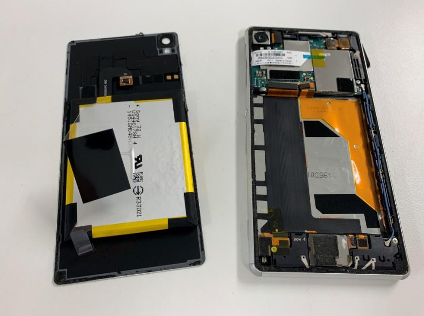 分解してバッテリーがむき出しのXperiaZ3