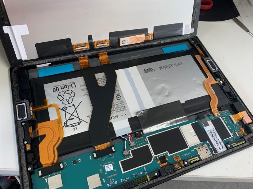 分解して電池パック交換修理途中のエクスペリアZ4タブレット