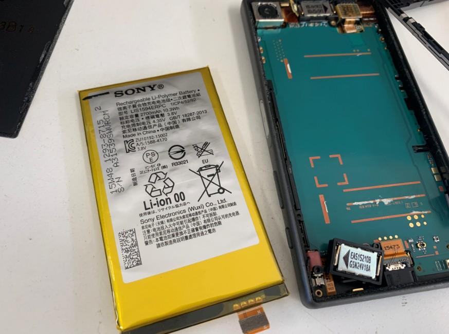 分解して内蔵バッテリーを取り出しているエクスペリアZ5コンパクト(SO-02H)