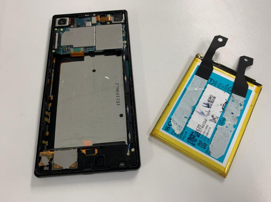 電池パックを本体から取り出したXperia Z5 Premium(SO-03H)