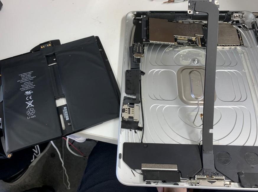 分解して内蔵バッテリーを取り出した初代iPad