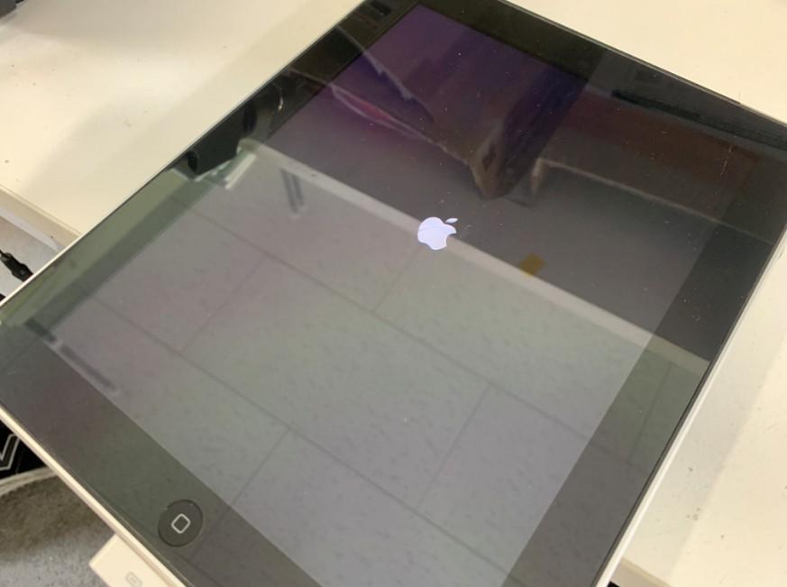 充電ケーブルを挿すとリンゴループしている初代iPad