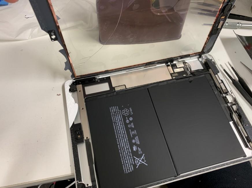 分解して表面ガラスのみ交換している最中のiPad 第5世代
